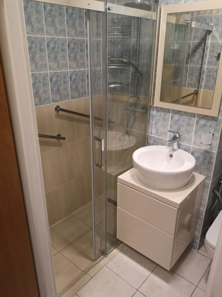inna szafka pod umywalką mała łazienka w bloku